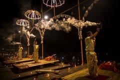 Een groep priesters voert Agni Pooja Sanskrit uit: Verering van Brand op Dashashwamedh Ghat - hoofd en oudste ghat van Varanasi Royalty-vrije Stock Foto's