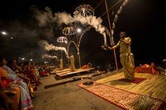 Een groep priesters voert Agni Pooja Sanskrit uit: Verering van Brand op Dashashwamedh Ghat - hoofd en oudste ghat van Varanasi Royalty-vrije Stock Fotografie