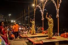 Een groep priesters voert Agni Pooja Sanskrit uit: Verering van Brand op Dashashwamedh Ghat - hoofd en oudste ghat van Varanasi Stock Foto's