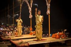 Een groep priesters voert Agni Pooja Sanskrit uit: Verering van Brand op Dashashwamedh Ghat - hoofd en oudste ghat van Varanasi Royalty-vrije Stock Afbeeldingen