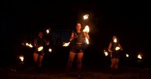 Een groep professionele kunstenaars met brand toont de show die en met brand in langzame motie jongleren met dansen stock videobeelden