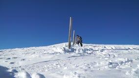 Een groep snowboarders voert trucs op de berghelling uit stock footage