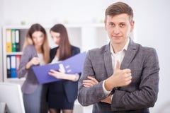 Een groep succesvolle zakenlieden Bespreking van belangrijk c Stock Afbeelding