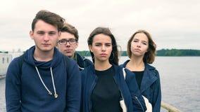 Een groep tieners die zich op de brug van de rivier bevinden stock video