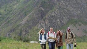 Een groep toeristen die richtingen op de kaart zoeken toeristen met een kaart en een navigator Een groep vrienden is stock video