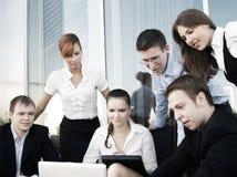 Een groep van zes businesspersons werkt samen Stock Afbeelding