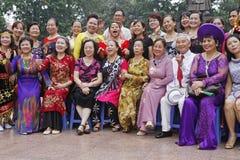 Een groep Vietnamese mensen stelt in Hanoi Stock Fotografie