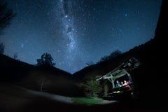 Een groep vrienden onder de melkachtige hemel van de maniernacht royalty-vrije stock afbeeldingen