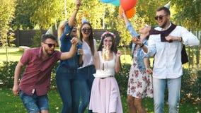 Een groep vrienden in partijhoed en partijhoorn die pret hebben en de verjaardag vieren stock videobeelden