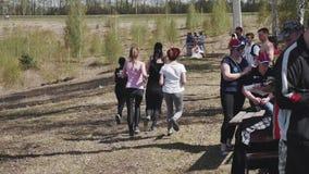 Een groep vrouw begon in openlucht lopend in het Park competition Begin een route stock video