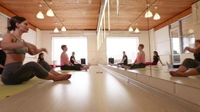 Een Groep Vrouwen die Yoga doen stock footage