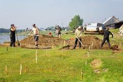Een groep wetenschappers leidt archeologische uitgravingen in Siberisch dorp Begin van de werken Royalty-vrije Stock Foto