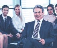 Een groep zakenlieden die het beleid bespreken het bedrijf in het bureau stock foto