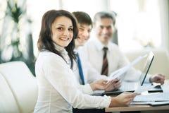Een groep zakenlieden die het beleid van het bedrijf in het bureau bespreken stock fotografie