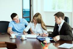 Een groep zakenlieden ondertekende een contract Stock Afbeeldingen