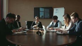 Een groep zakenlieden op commerciële vergadering stock videobeelden