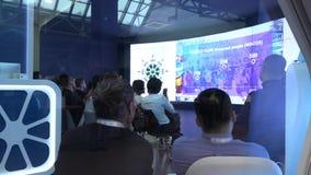 Een groep zakenlieden van Aziatische nationaliteit in de zaal tijdens de conferentie stock video