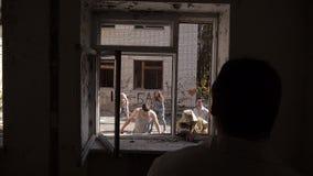 Een groep zombieën die de wetenschapper in het oude ziekenhuis proberen te doden De zombieën lopen De groep Zombieën gaat naar he stock videobeelden