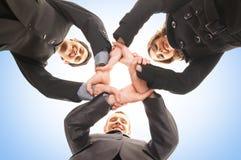 Een groepshanddruk tussen drie bedrijfspersonen royalty-vrije stock afbeeldingen