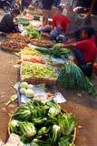Een groepsstraatventer in een natte markt Stock Afbeelding