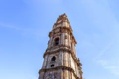 Een grondmening van Clérigos-Toren op een zonnige dag Porto, Portugal royalty-vrije stock afbeelding