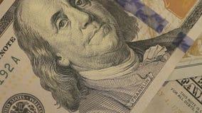 Een groot aantal dollars op een lijst De dollars sluiten omhoog Groene nota's over een lijst De nota's van dollars sluiten omhoog stock videobeelden
