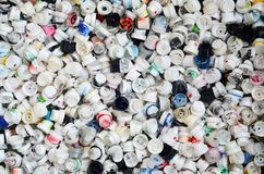 Een groot aantal kappen van blikken van aërosolverf voor graffiti Gesmeerd met gekleurde verf liggen de pijpen in een reusachtige royalty-vrije stock afbeeldingen
