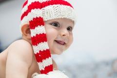 Een groot baby met de glimlach op haar lippen Stock Afbeeldingen