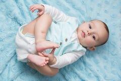 Een groot baby met de glimlach op haar lippen Stock Foto's