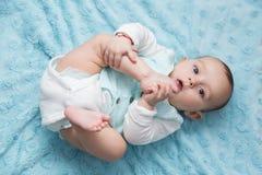Een groot baby met de glimlach op haar lippen Stock Foto