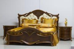 Een groot bed in de slaapkamer. Royalty-vrije Stock Afbeeldingen