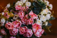 Een groot boeket van roze en witte rozen stock afbeeldingen