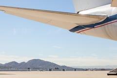 Een groot burgerlijk vliegtuig die zich op een tarmac bij de luchthaven bevinden stock afbeeldingen