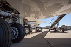 Een groot burgerlijk vliegtuig die zich op een tarmac bij de luchthaven bevinden royalty-vrije stock foto