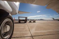 Een groot burgerlijk vliegtuig die zich op een tarmac bij de luchthaven bevinden stock foto