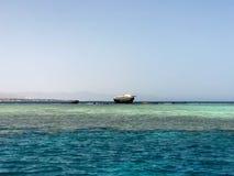 Een groot die schip, een voering, een tanker na de neerstorting tegen de achtergrond van een mooie blauwe overzees van zoutwater  royalty-vrije stock foto