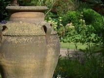 Een groot die een siertuinplanter of vaas in tuinen als eigenschap in Engeland wordt geplaatst royalty-vrije stock foto's
