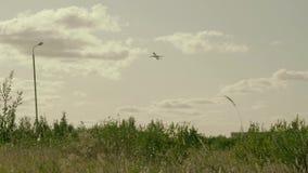 Een groot die vliegtuig stijgt van vliegveld op met groen gras in een regenachtig weer wordt behandeld stock footage