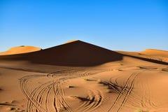 Een groot duin op onze manier in de woestijn van de Sahara Stock Foto