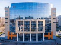 Een groot gebouw met bureaus om de bevolking in vil te dienen stock foto