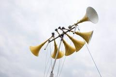 Een groot geel veelvoudig luidsprekerssysteem royalty-vrije stock afbeeldingen