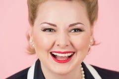 Een Groot glimlachclose-up van blondemeisje Portret van gelukkige witte vrouw met aantrekkelijke lach en goede huid lachend blond royalty-vrije stock foto's