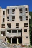 Een groot huis wordt gedeeltelijk vernietigd en herbouwd Stock Afbeeldingen