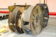 Een groot ijzermetaal om wiel met luifels aan pompwater in de pomp Vervangstuk van de overdrachtpomp royalty-vrije stock afbeelding