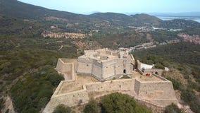 Een groot kasteel in de heuvel in Monte Argentario in Italië stock videobeelden