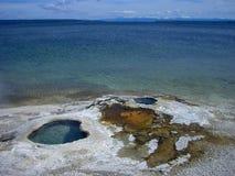 een groot meer in de rotsachtige bergen stock foto