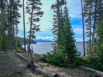 een groot meer in de rotsachtige bergen royalty-vrije stock afbeelding