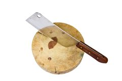 Een groot mes zit op een houten die hakbord op wit wordt geïsoleerd royalty-vrije stock foto