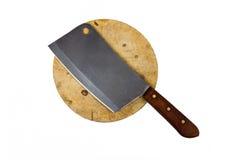 Een groot mes zit op een houten die hakbord op wit wordt geïsoleerd stock foto's
