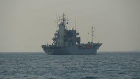 Een groot oorlogsschip in het midden van oceaangh4 4K UHD stock videobeelden